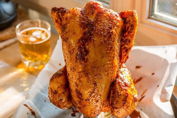 Poulet rôti sur une canette de bière